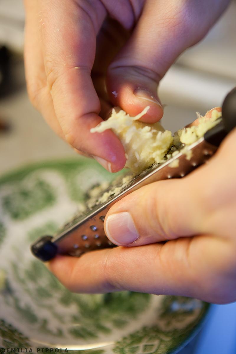 Inkiväärin raastaminen masala chaita varten.