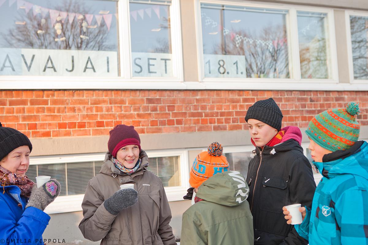 Roihuvuoren kirjaston avajaiset remontin jälkeen 18.1.2014. Jono kirjastoon.