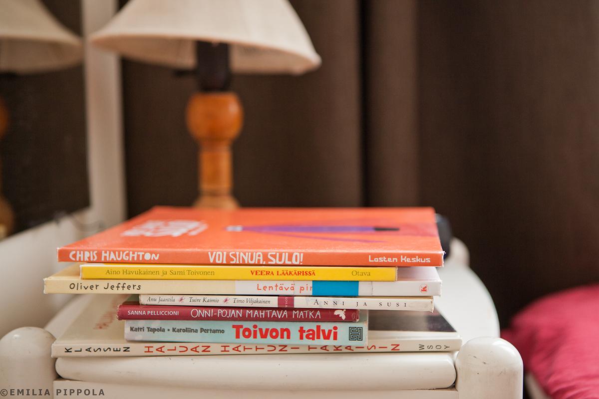 Sulo-kirja ja muut suosikit yöpöydällä