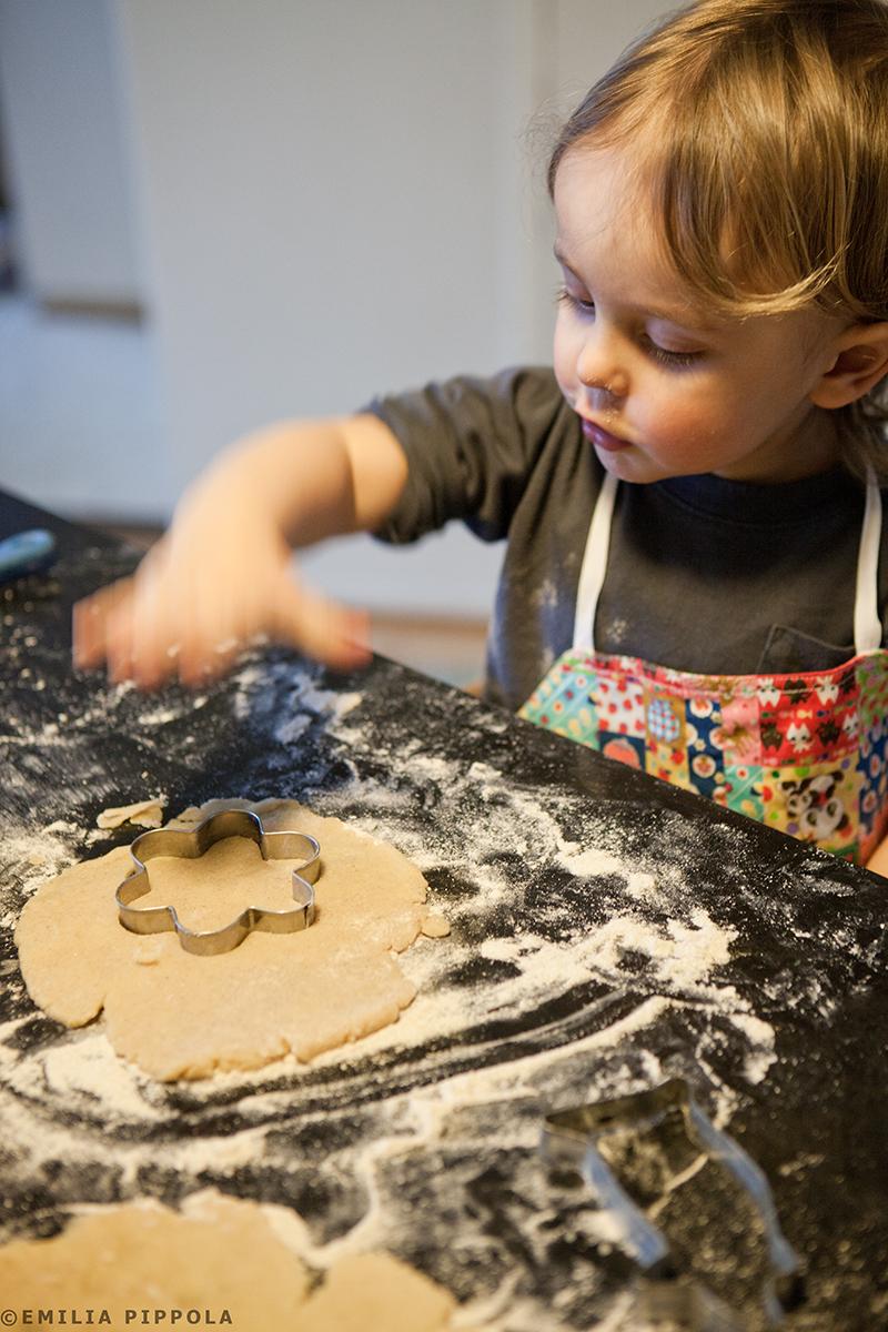 Pieni kuumepotilas leipomassa kihlakakkuja.
