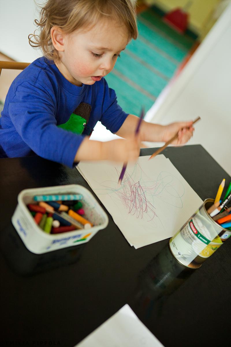 Toipilas piirtää kahdella kädellä samaan aikaan.